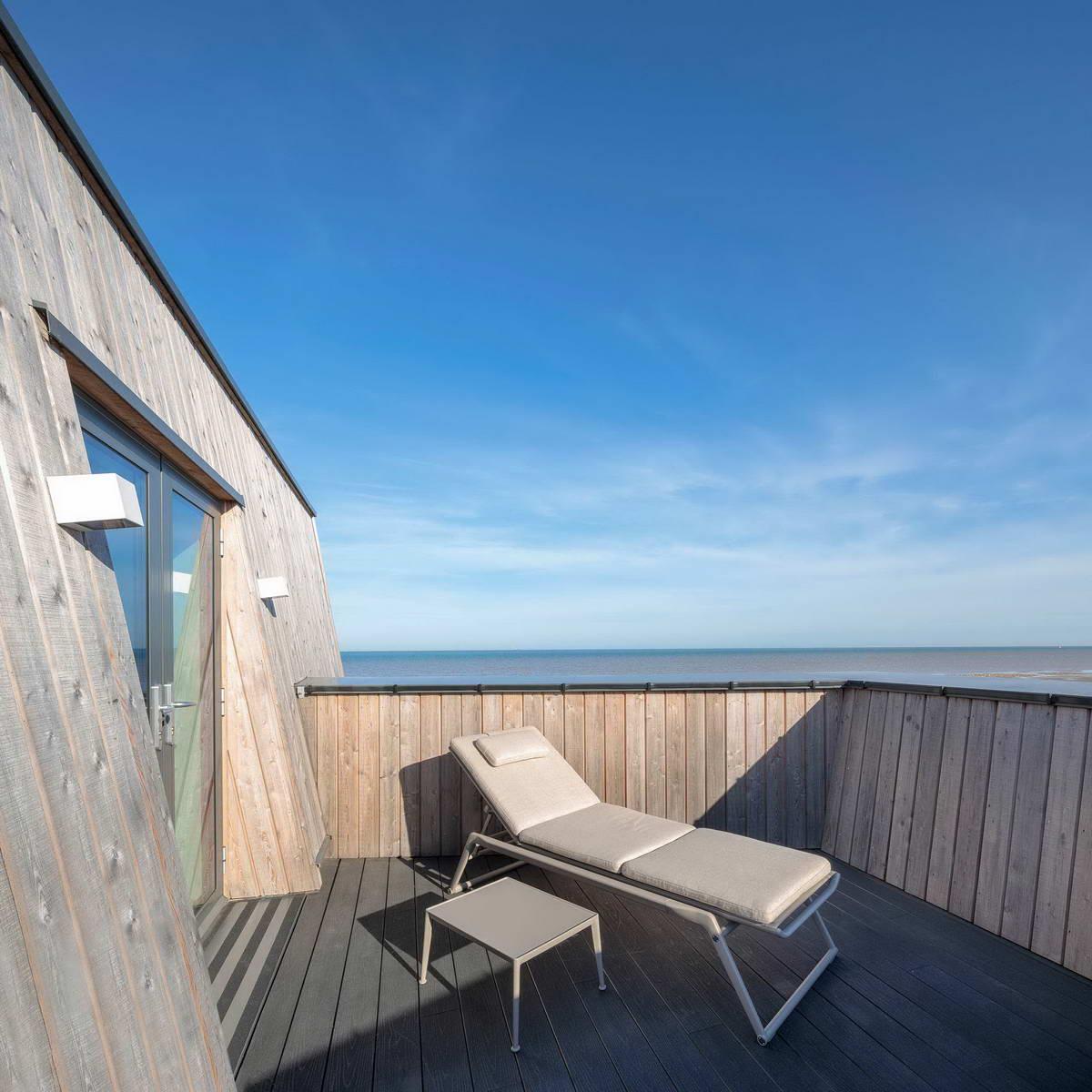 Дом-корабль в прибрежных дюнах в Англии