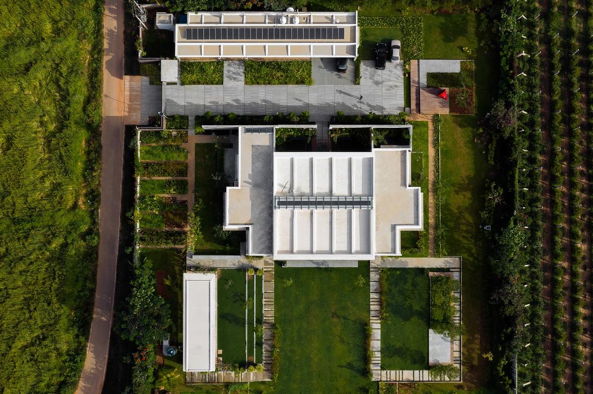 Современный дом с кирпичным экраном в Индии