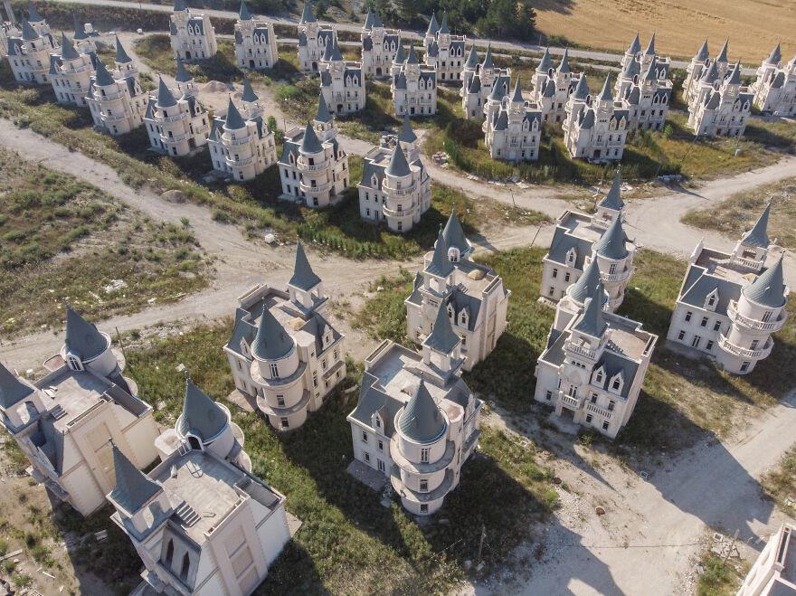 Сотни заброшенных диснеевских замков в Турции