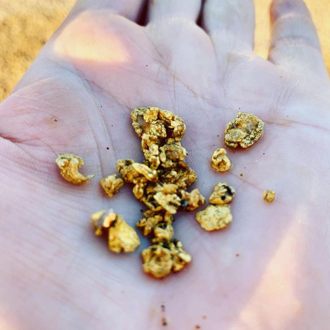 Городская девушка бросила работу, чтобы работать на золотом прииске