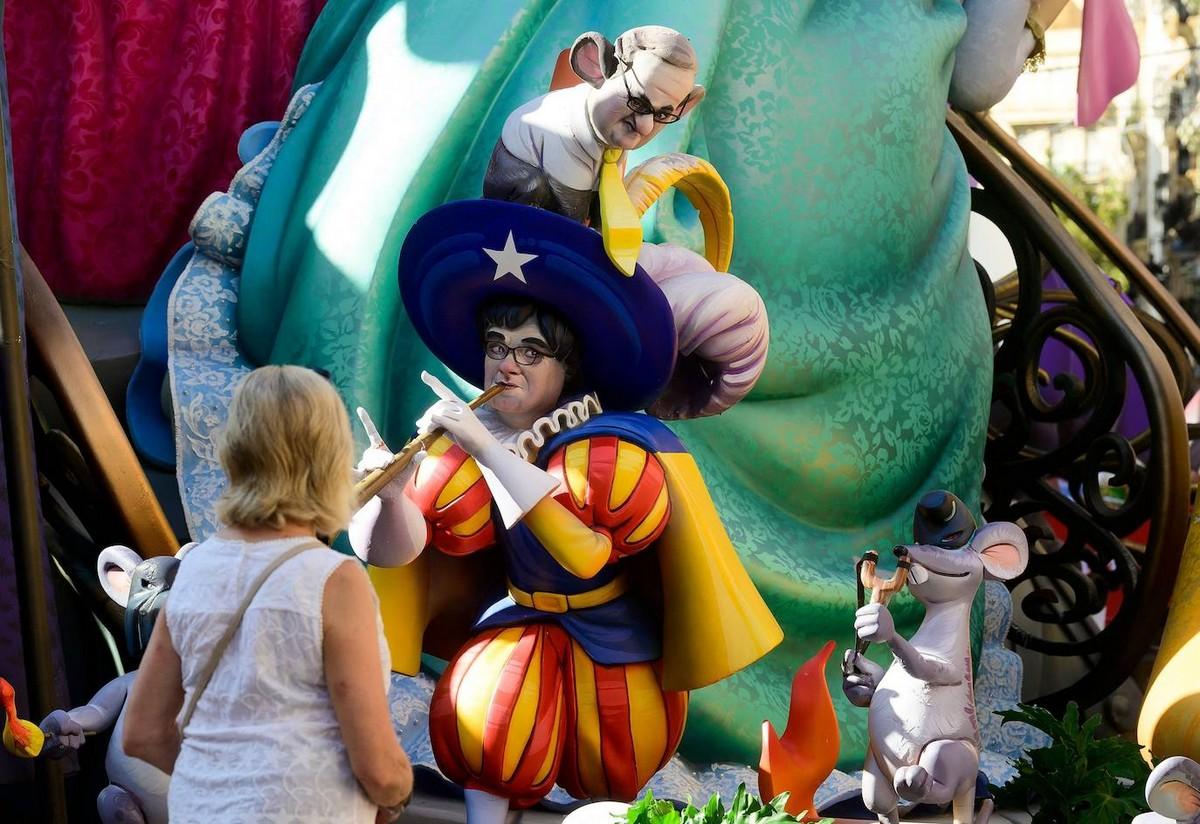 Красочный фестиваль огня Фальяс в Валенсии
