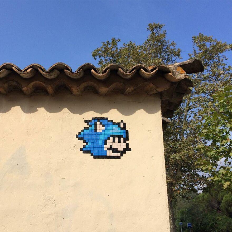 Уличная мозаика с изображением Марио, который косплеит различных персонажей