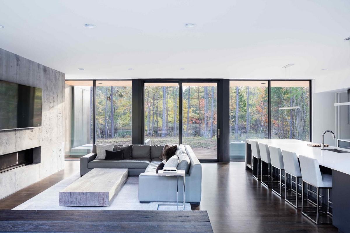 Минималистский дом с видом на лесной пруд в США