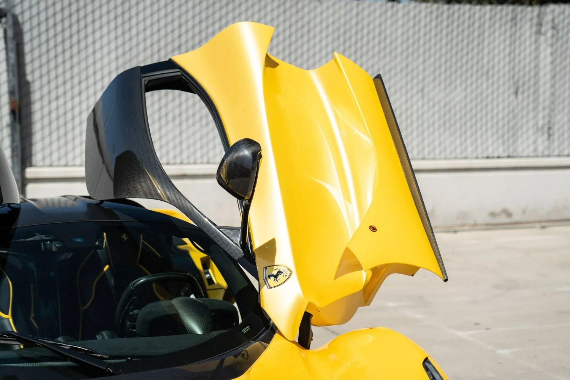 Ferrari LaFerrari, окрашенный уникальной краской Giallo Triplo Strato