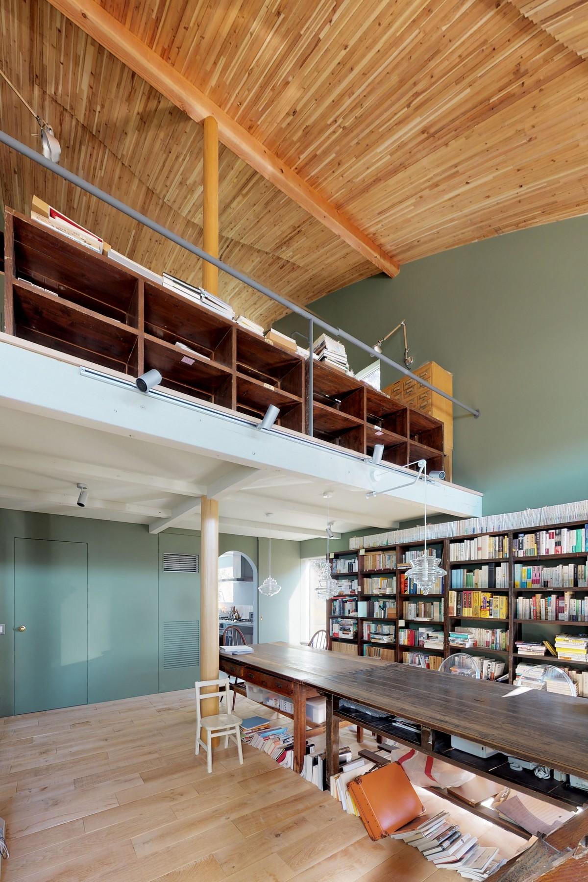 Двухэтажный дом-библиотека для жизни и работы в Японии