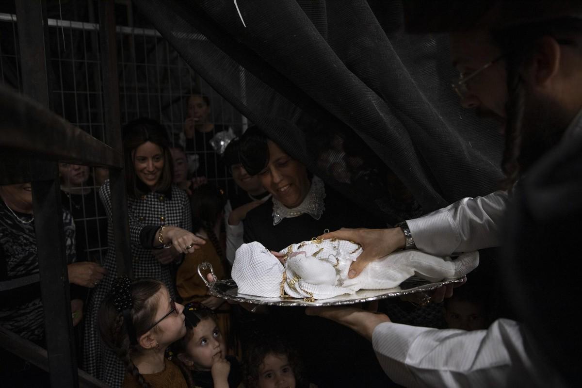 Первенца украсили драгоценностями на древнем еврейском празднике