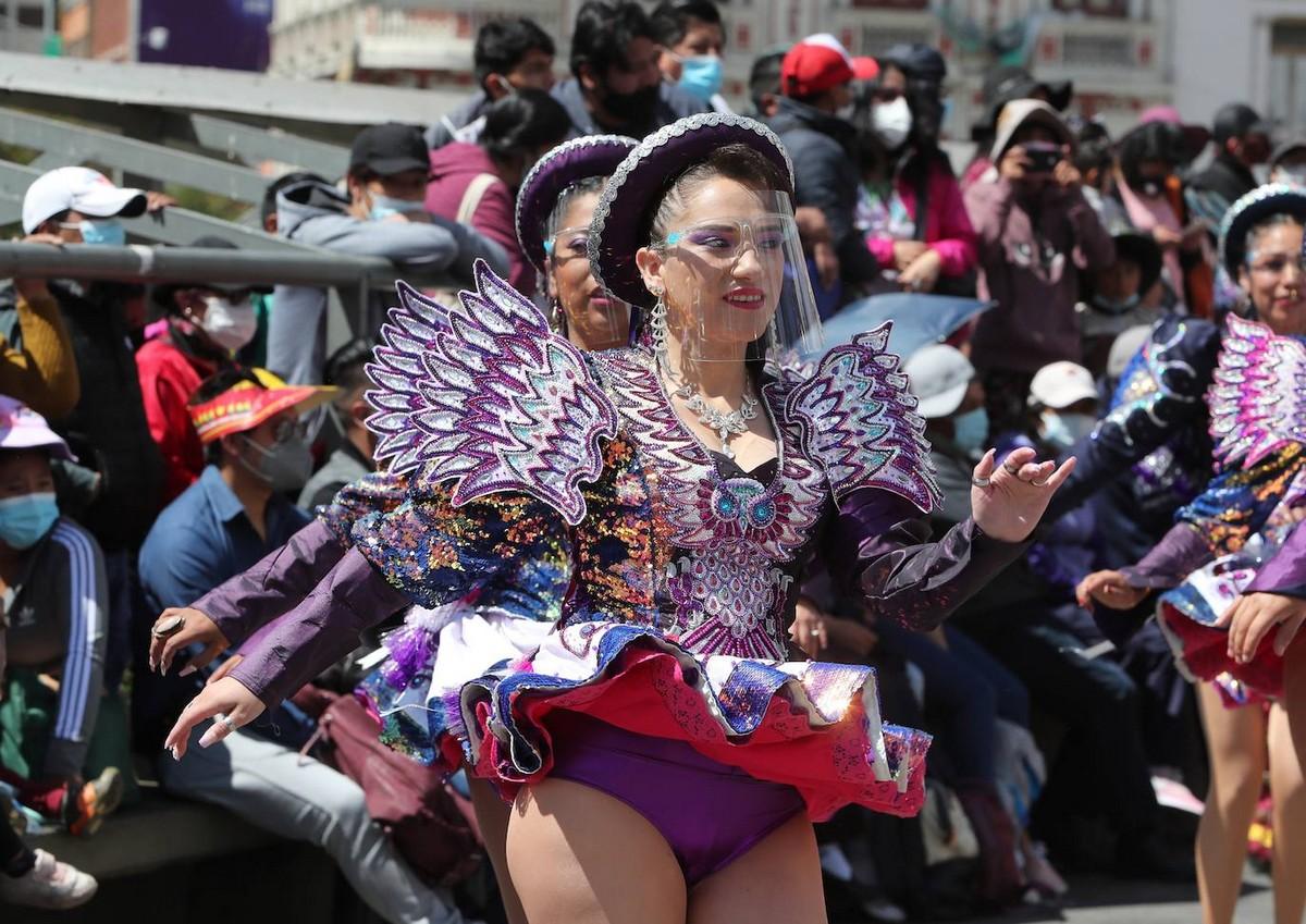 Боливийские танцоры вышли на улицы, чтобы показать танец Капоралес