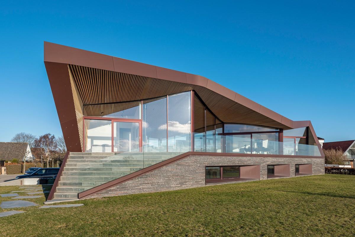 Прибрежная вилла с необычным дизайном в Дании