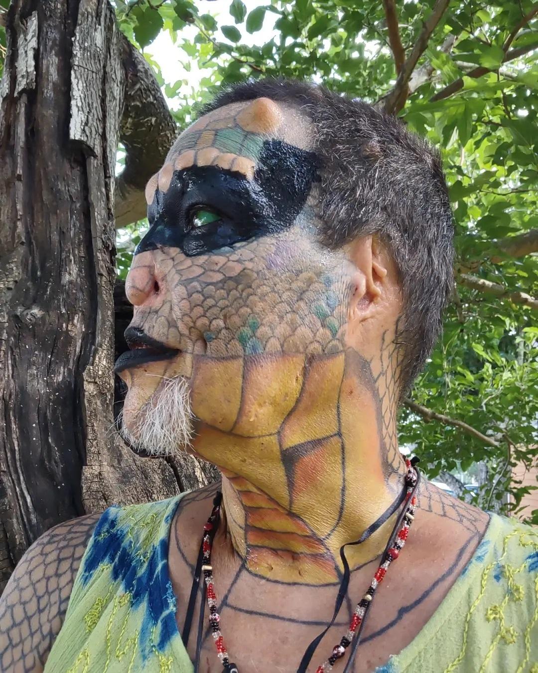 Банкир, превративший себя в рептилоида, ищет свою любовь