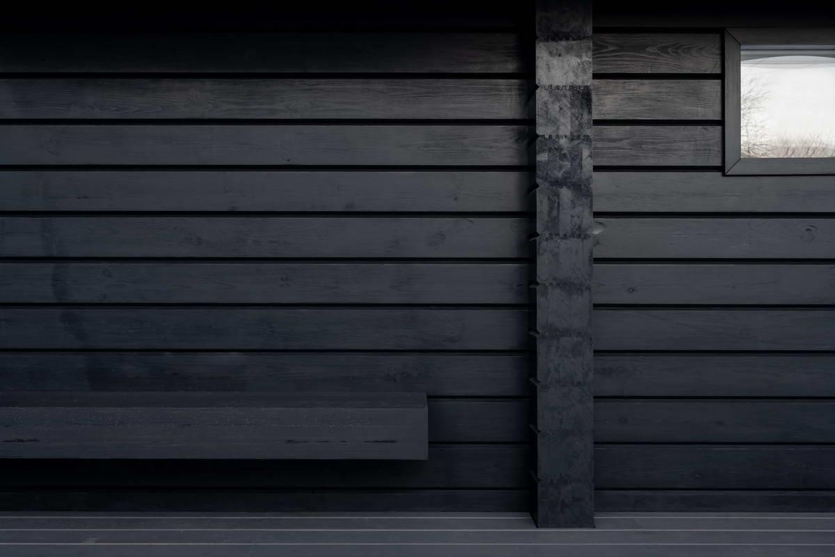 Чёрный дом со светлым интерьером в Московской области