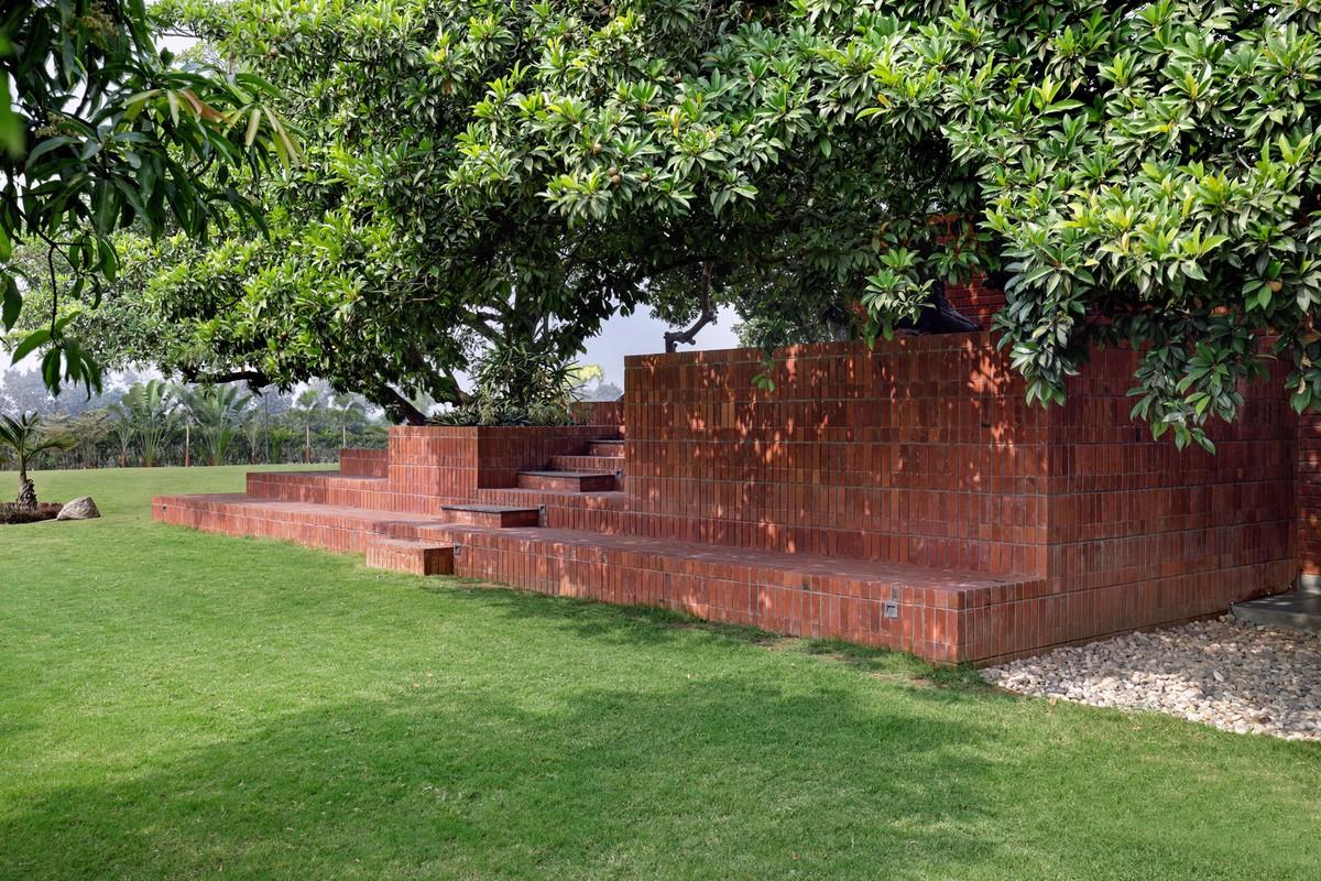 Кирпичный дом выходного дня с бассейном и двориком в Индии